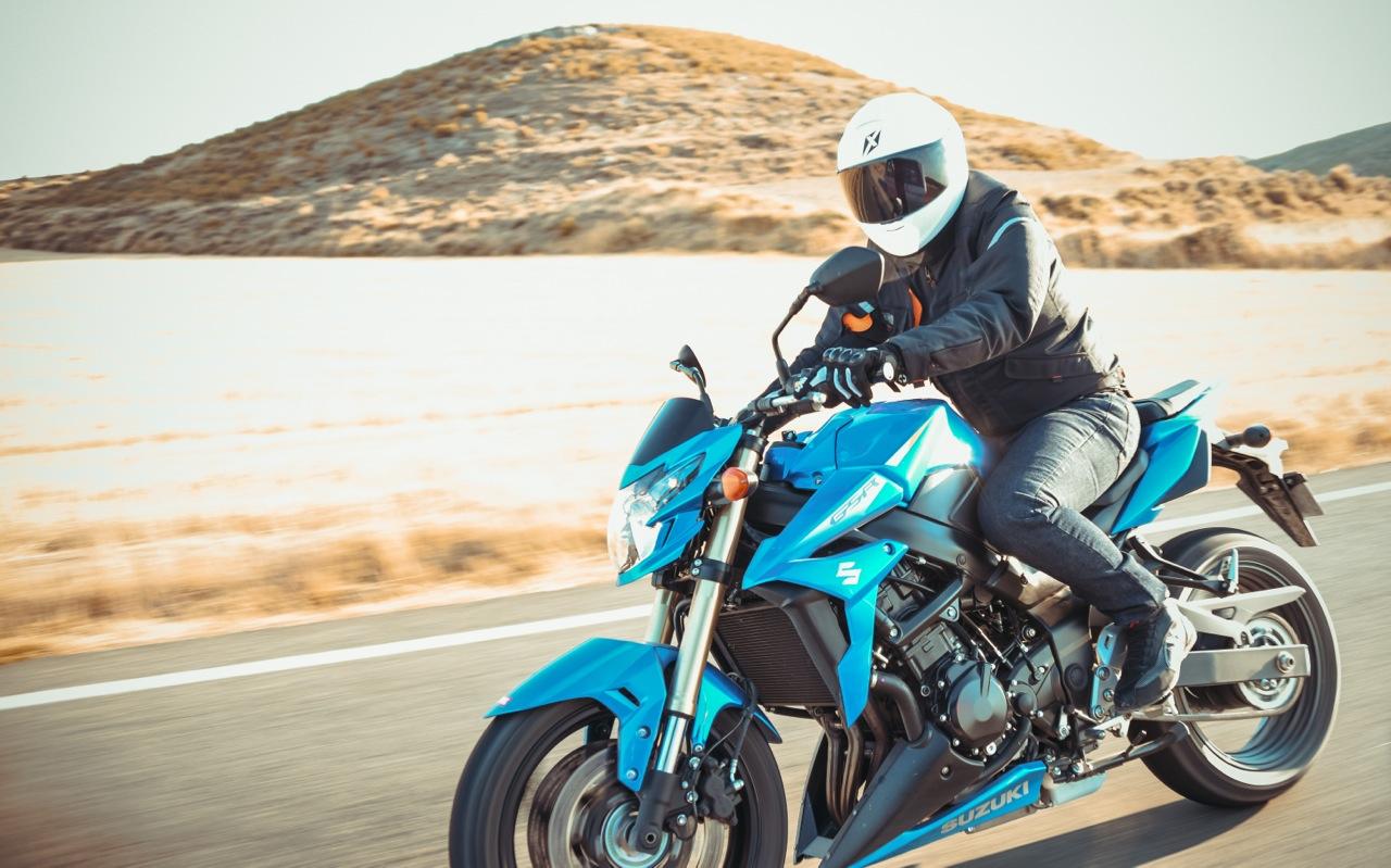 Photo moto Suzuki laurent scavone / Motoblouz / campagne publicitaire / shopping produits moto / Suzuki GSR