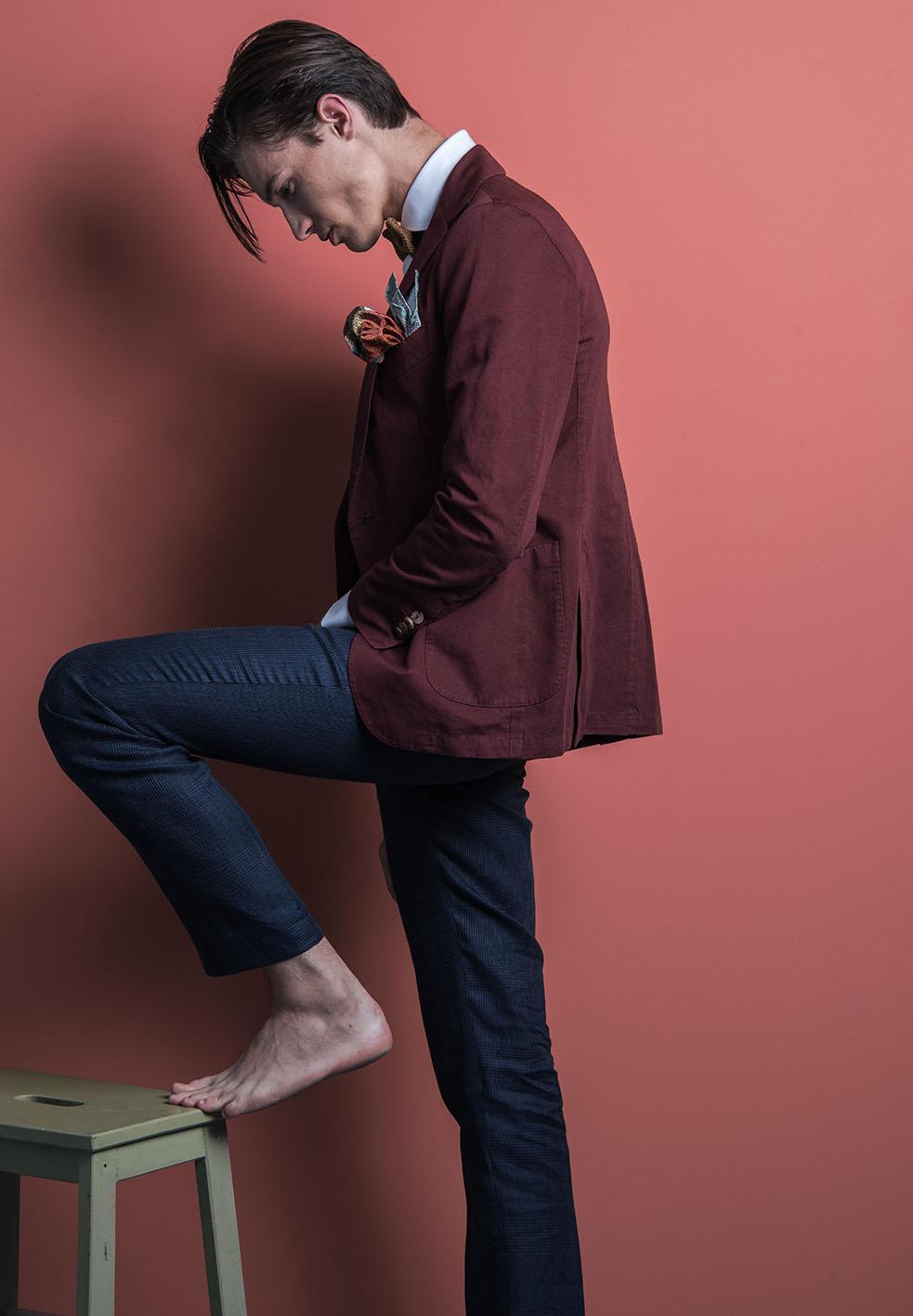 Pochette Square habille les Dandys, accessoires en soie, laine graphiques et chics. Photo Laurent Scavone. Sakkamoto est une agence de communication et de création de contenu Lilloise. Photos de mode, création publicitaire, contenu pour les réseaux sociaux. Photographe et directeurs artistiques bienvenue chez Sakkamoto